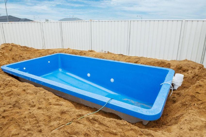 Fiberglass versus concrete swimming pools: